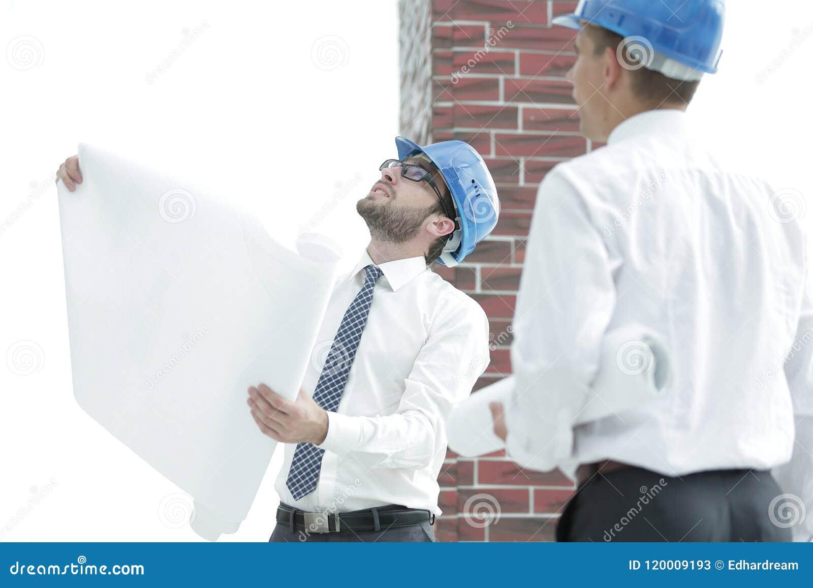 Architect en bouwvoorman om het project te bespreken