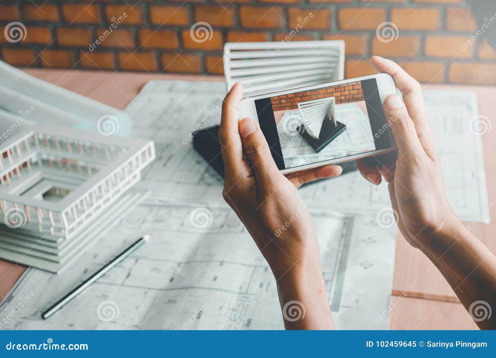 Architecte à l aide de la création de modèles intelligente de photographie de téléphone dans le bureau