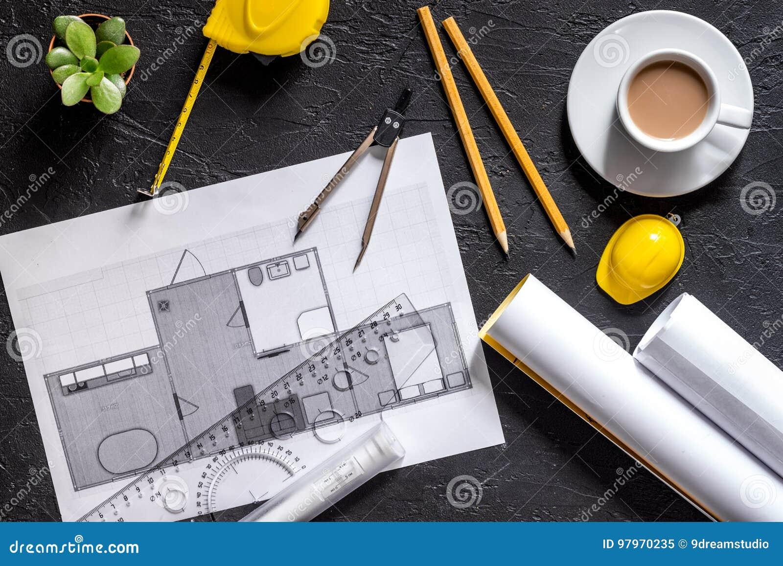 Architecte au travail dessin et outils sur la vue supérieure de