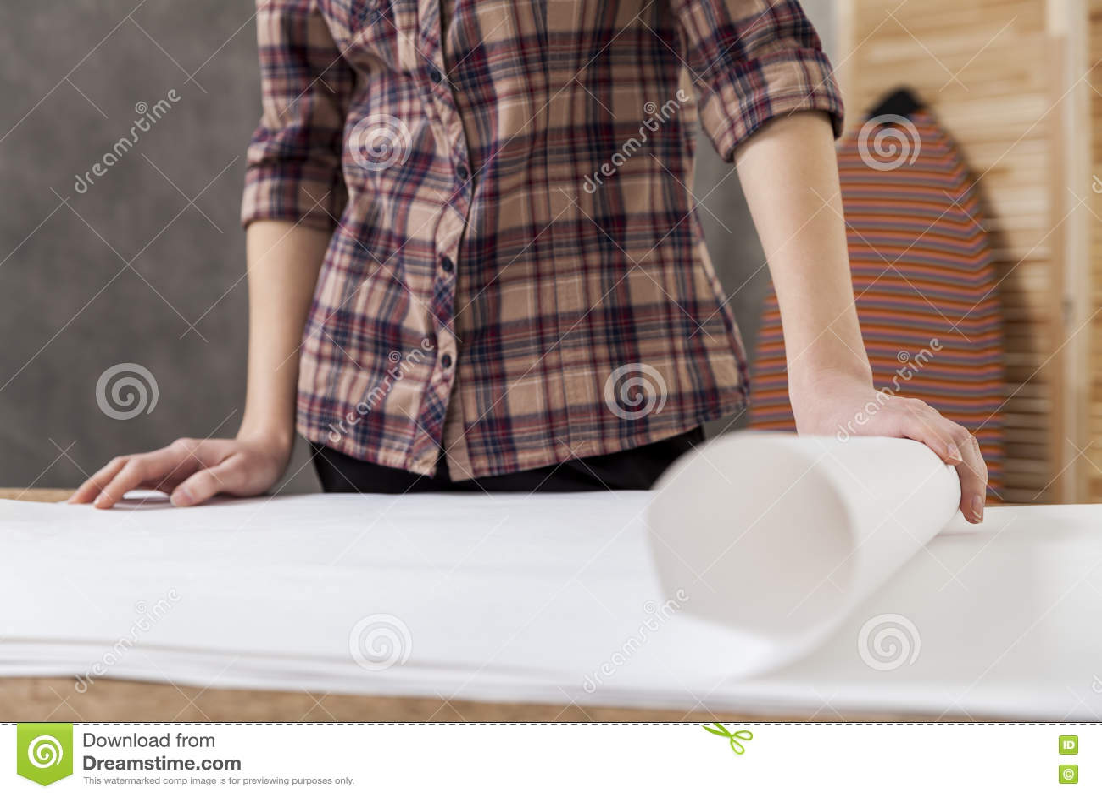 Architecte de femme dans la chemise à carreaux brune