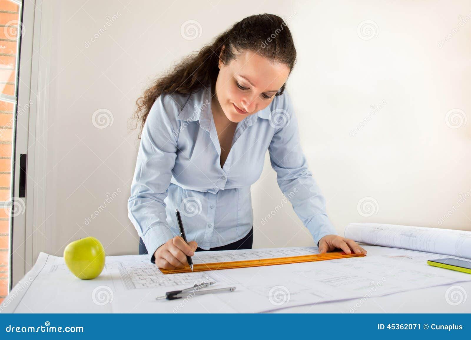Architecte féminin et une pomme