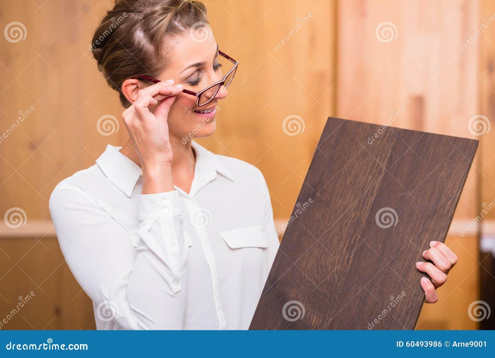 Architecte intérieur choisissant le plancher en bois de parquet