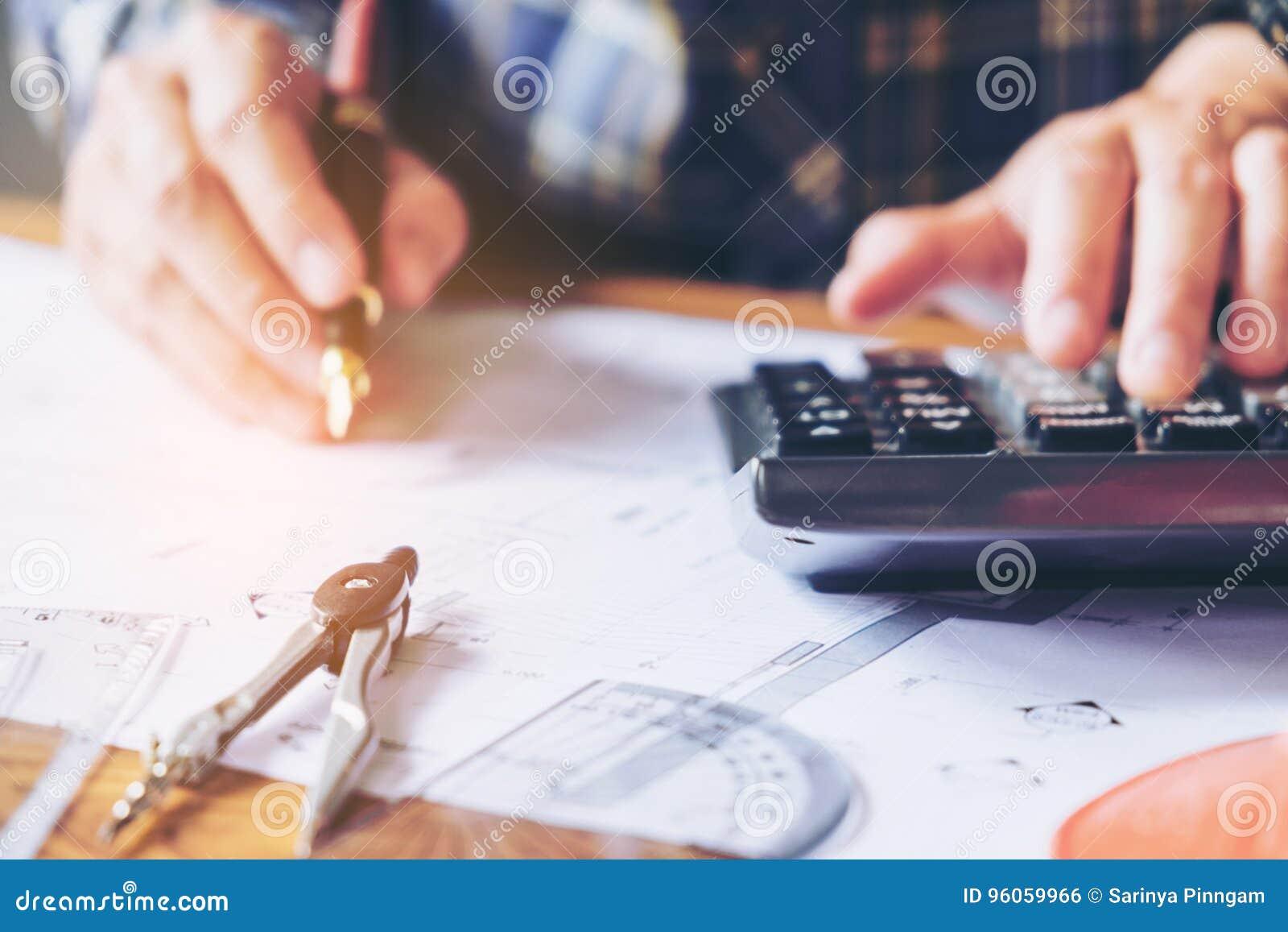 Architecte ou ingénieur travaillant dans le bureau sur le modèle Architectes