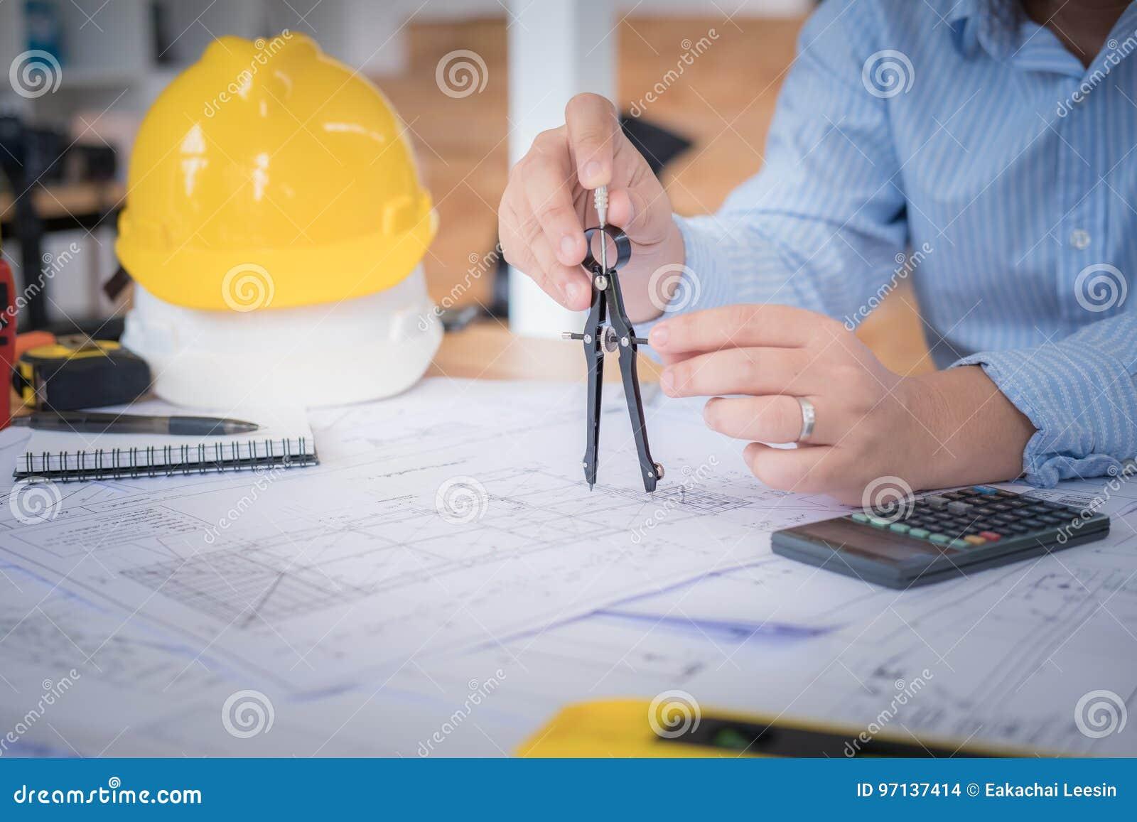 Architecte ou planificateur travaillant aux dessins pour la construction