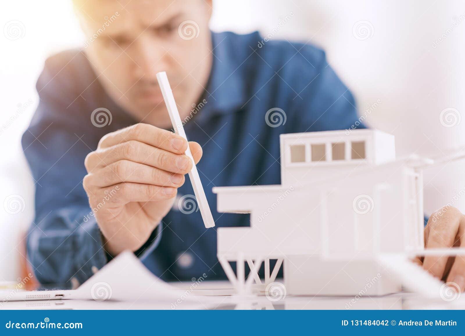 Architecte professionnel travaillant au bureau, il assemble un concept architectural de modèle, de conception et d architecture