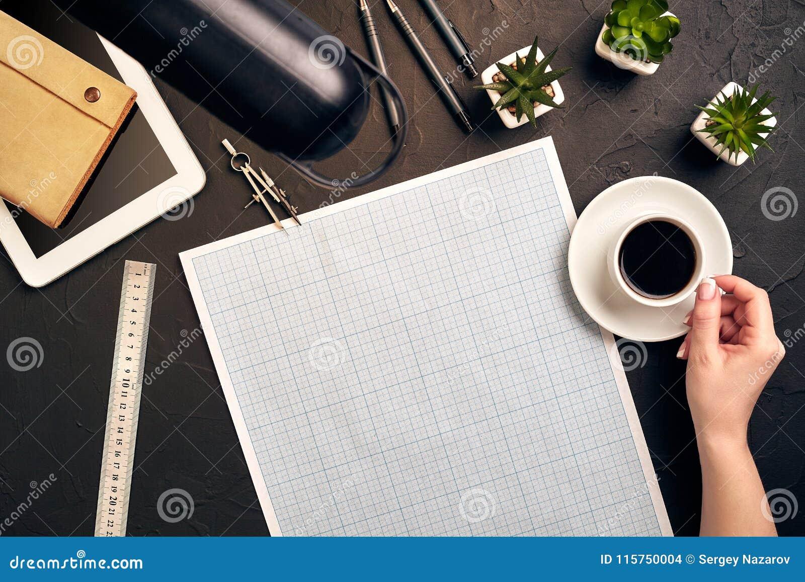 Architecte Working On Blueprint Lieu de travail d architectes - projet architectural, modèles, PC de comprimé Outils d ingénierie