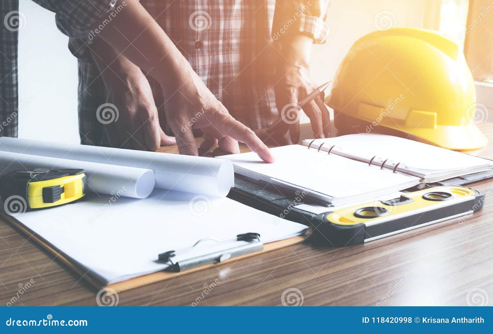 Architecteningenieur het werk concept en bouwhulpmiddelen of saf