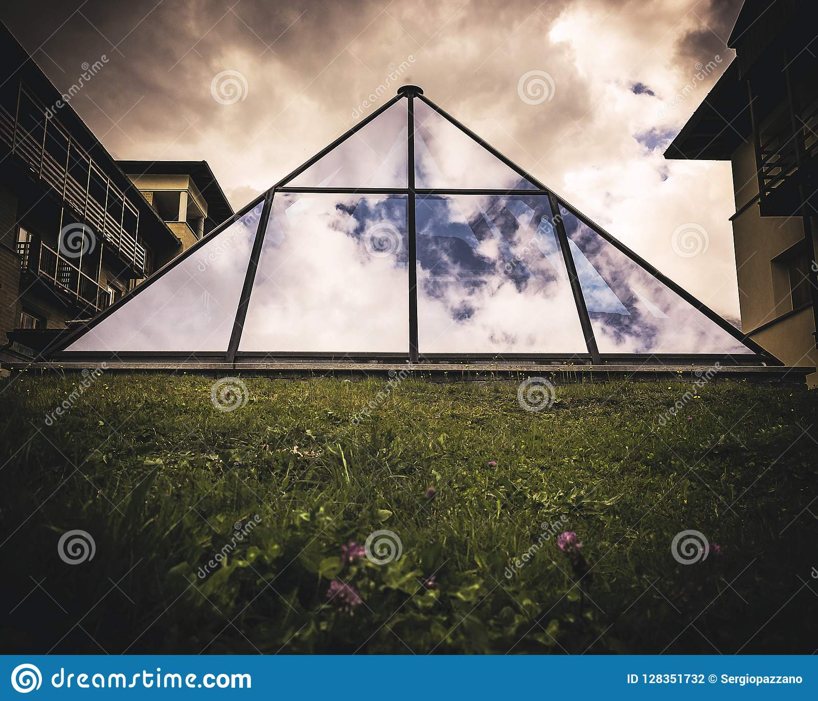 Architectural structure in the shape of a pyramid and built with transparent glass