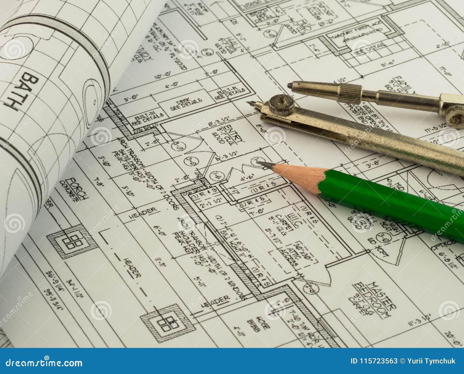 Architecturale achtergrond met plan, blauwdrukbroodje, potlood en tekeningskompas Technische tekeningen