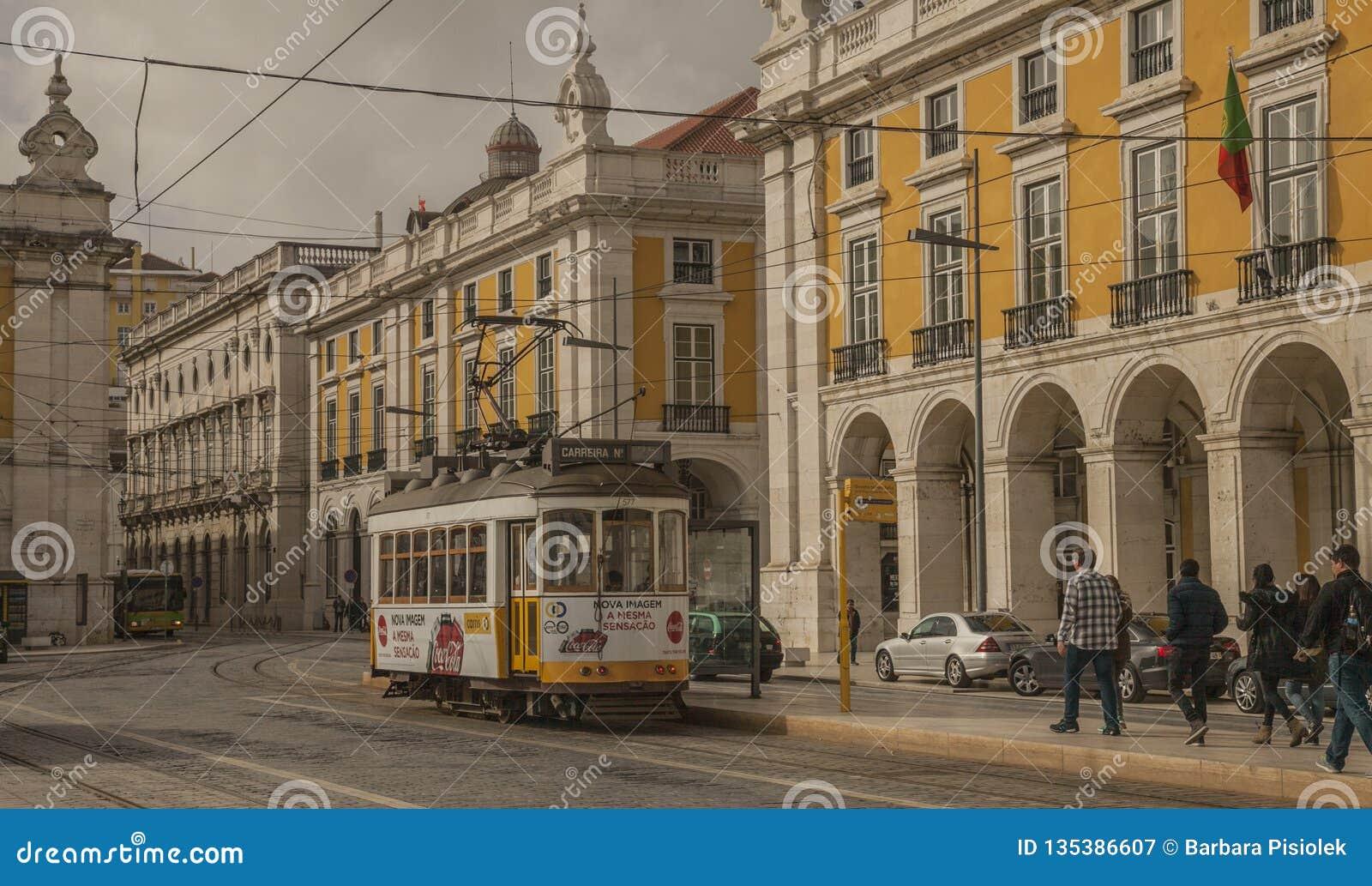 Architecture à Lisbonne, Portugal - Praca font Comercio, bâtiments jaunes et trams