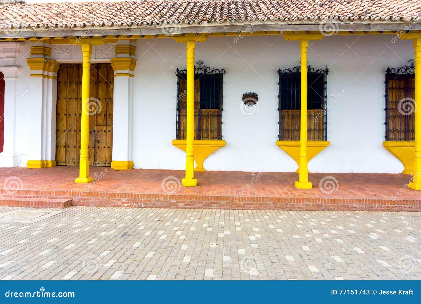 Architecture coloniale jaune et blanche