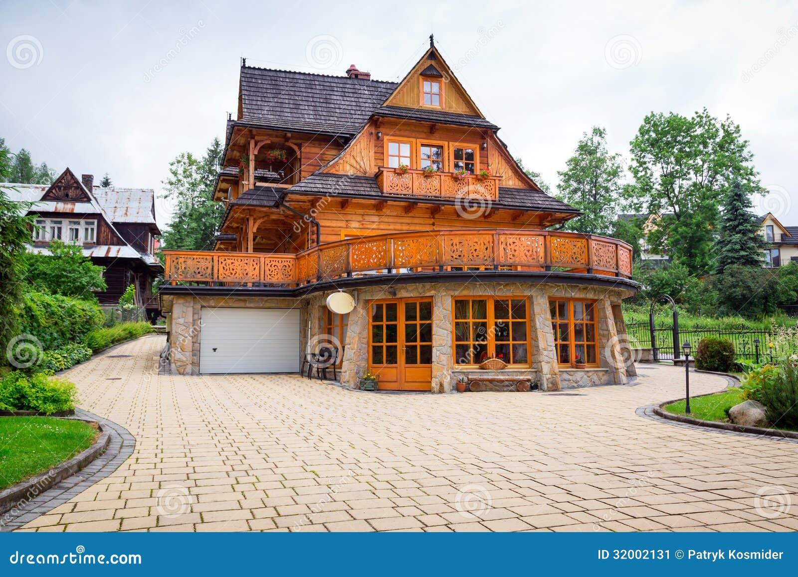 Architecture en bois traditionnelle de maison dans for Architecture traditionnelle