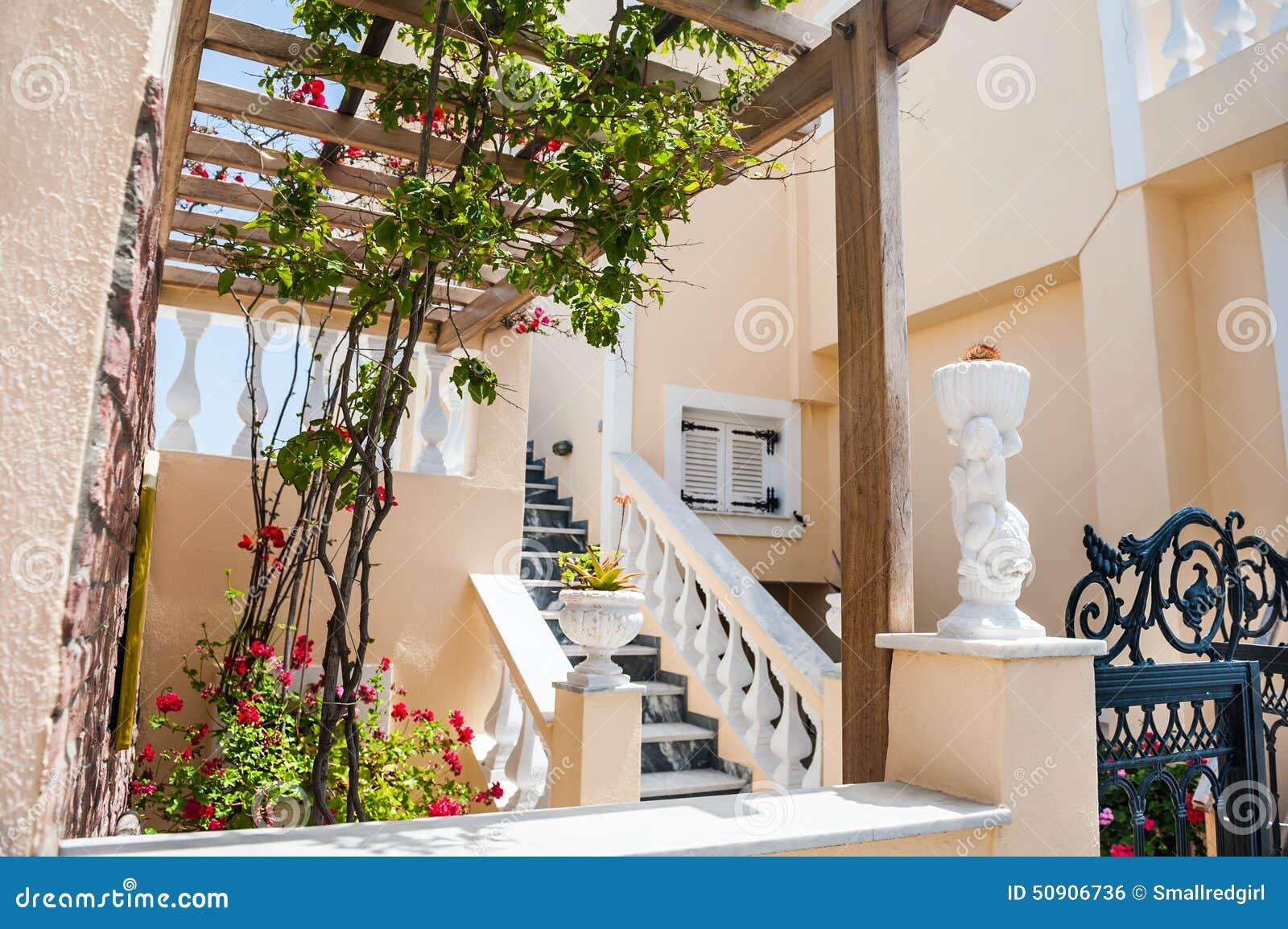 Architecture grecque nationale terrasse avec des fleurs for Architecture grecque