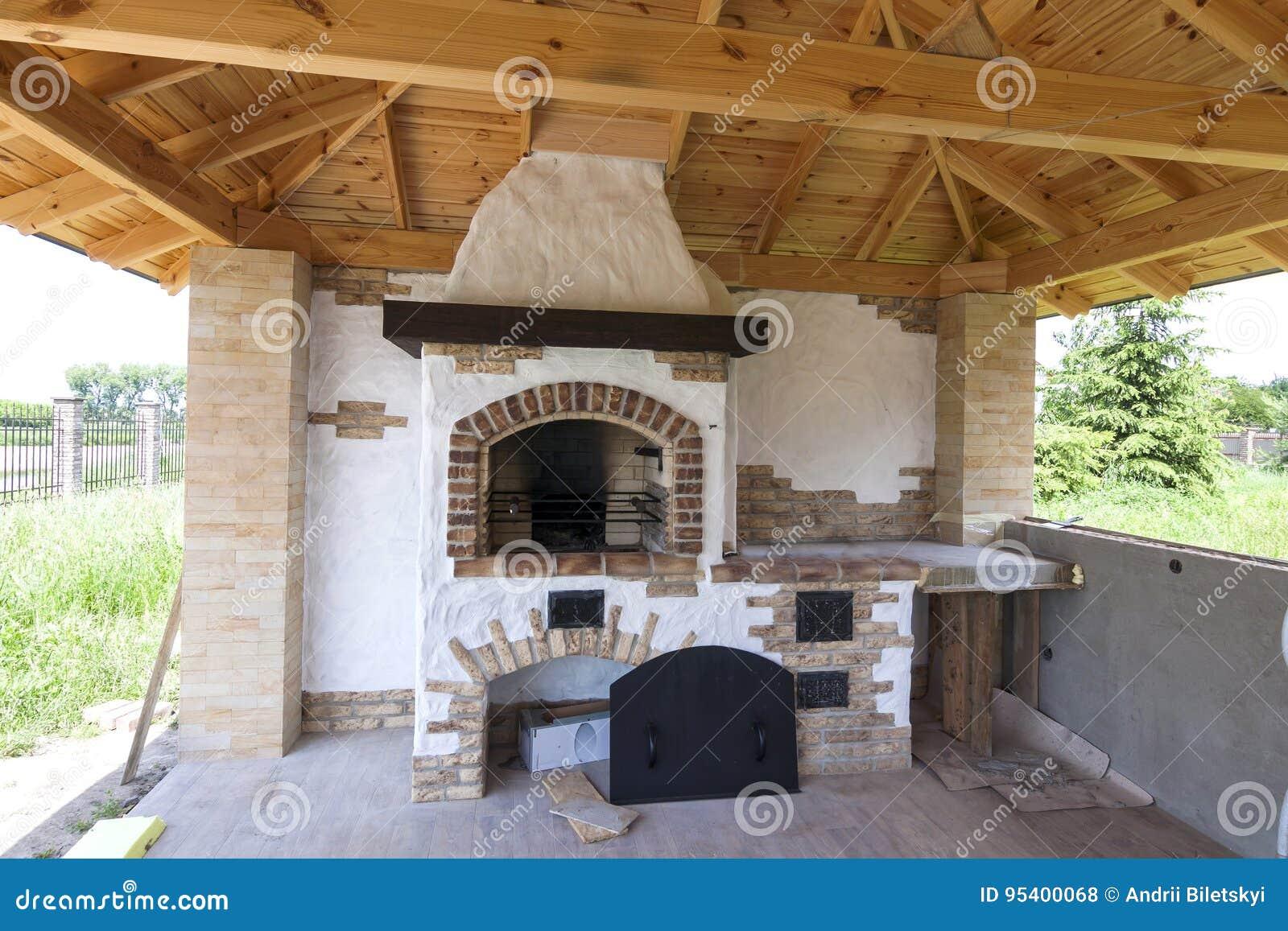 Architecture, style ancien de maison, porche avec l outdoo de cheminée de gril