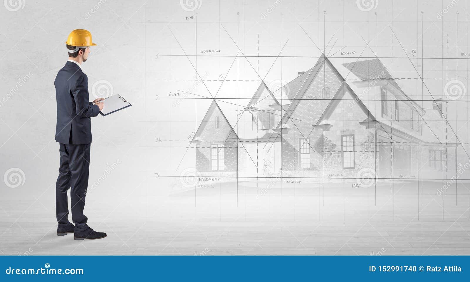 Architekt, der mit Hausplan steht