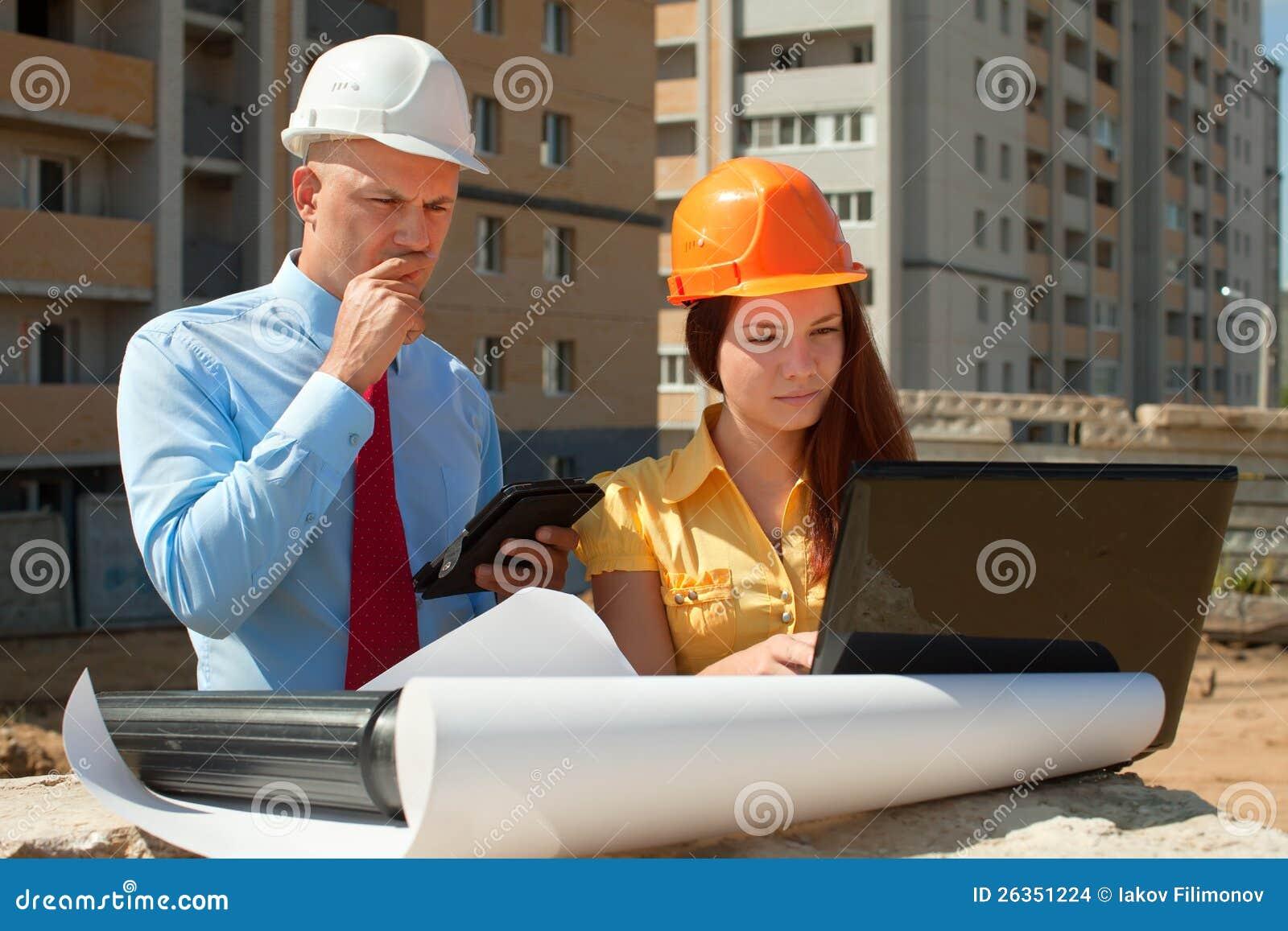 Architekten arbeitet vor Baustelle