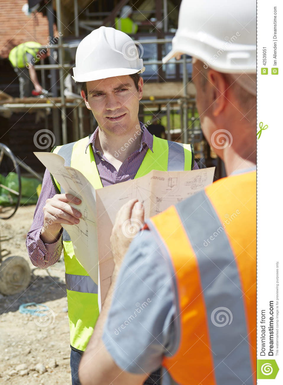 Architekten-Discussing Plans With-Erbauer On Construction Site