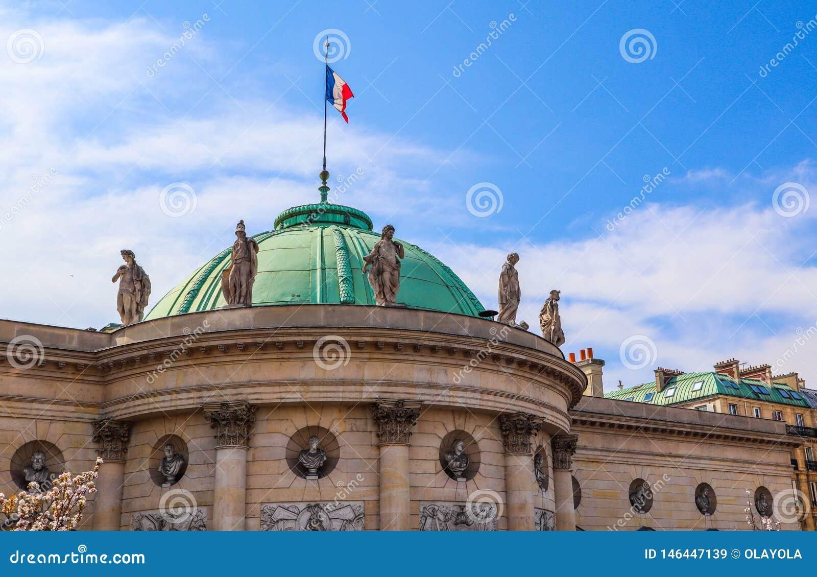 Architektoniczni szczegóły historycznego budynku fasada z francuzem zaznaczają na dachu Paris france Kwiecie? 2019