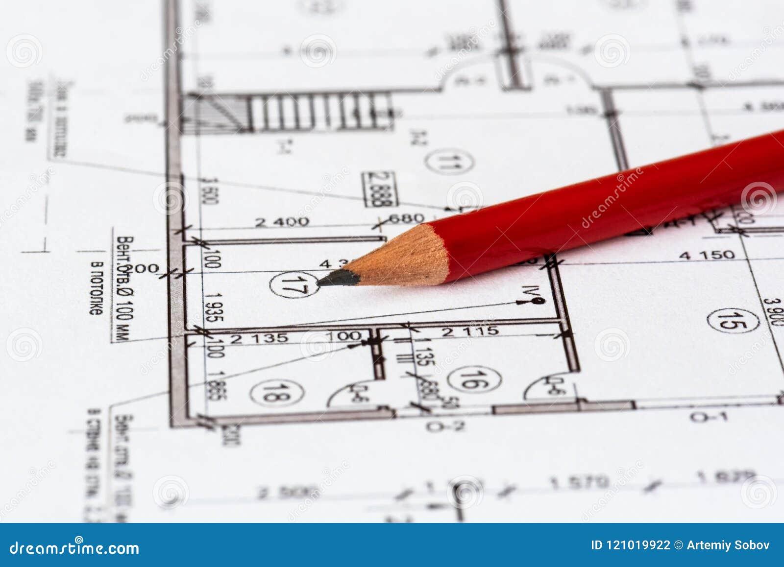 Architektoniczny plan dom drukuje na białym prześcieradle papier Czerwony ołówek na nim