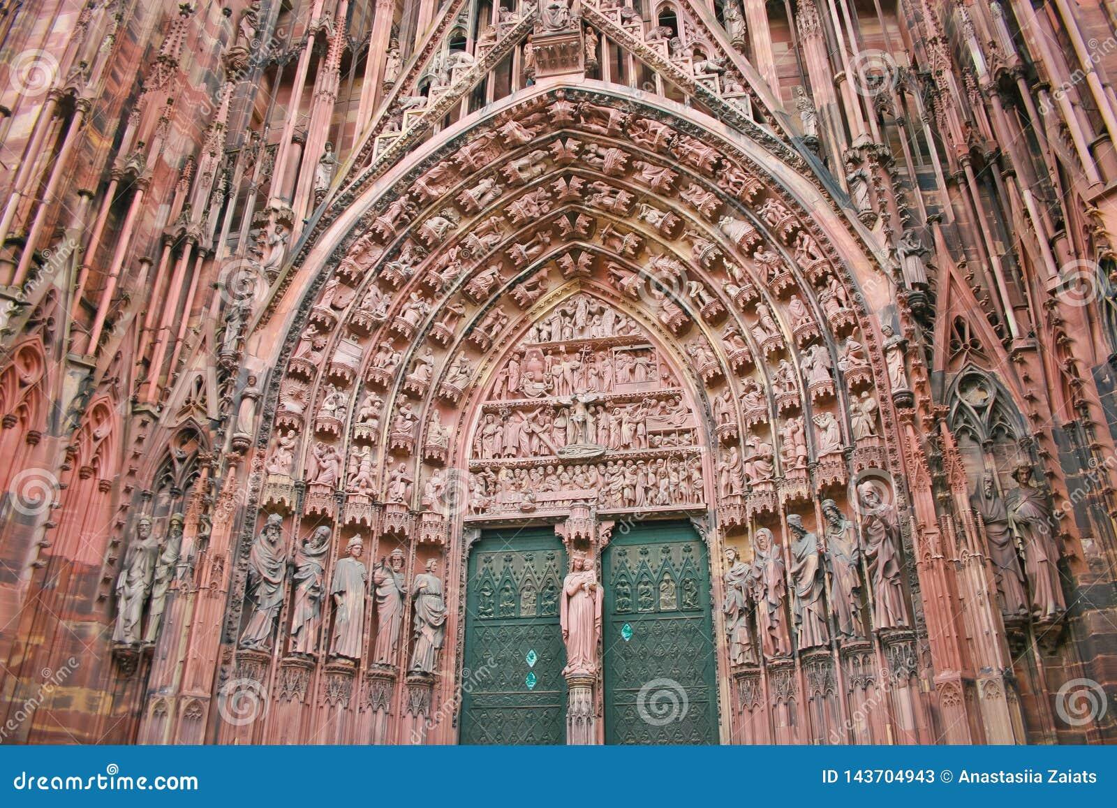 Architekturdetail von Statuen auf S?ulenhalle der Notre-Verdammungs-Kathedrale in Stra?burg
