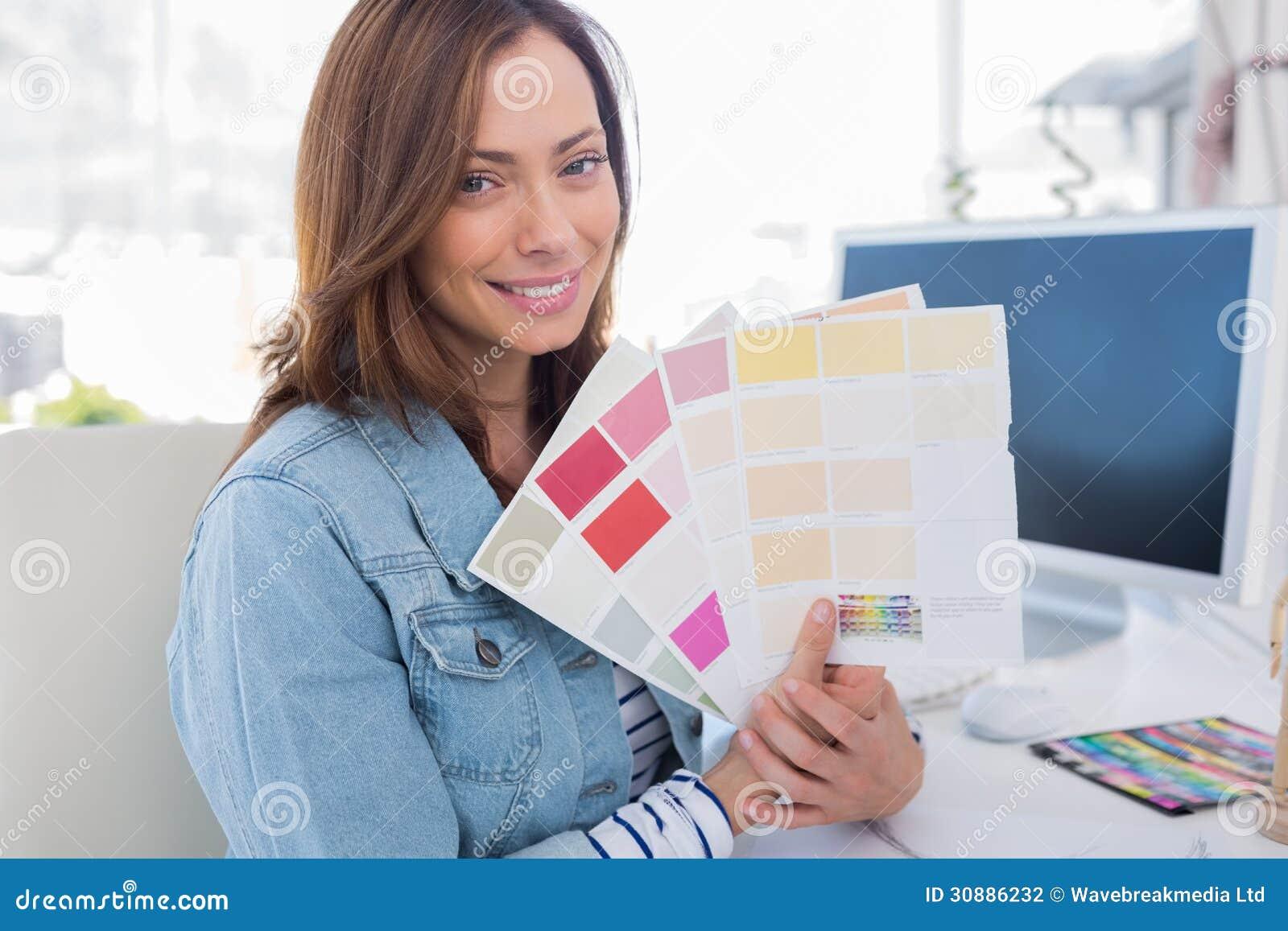 Architetto arredatore sorridente che sostiene i campioni for Lavoro arredatore