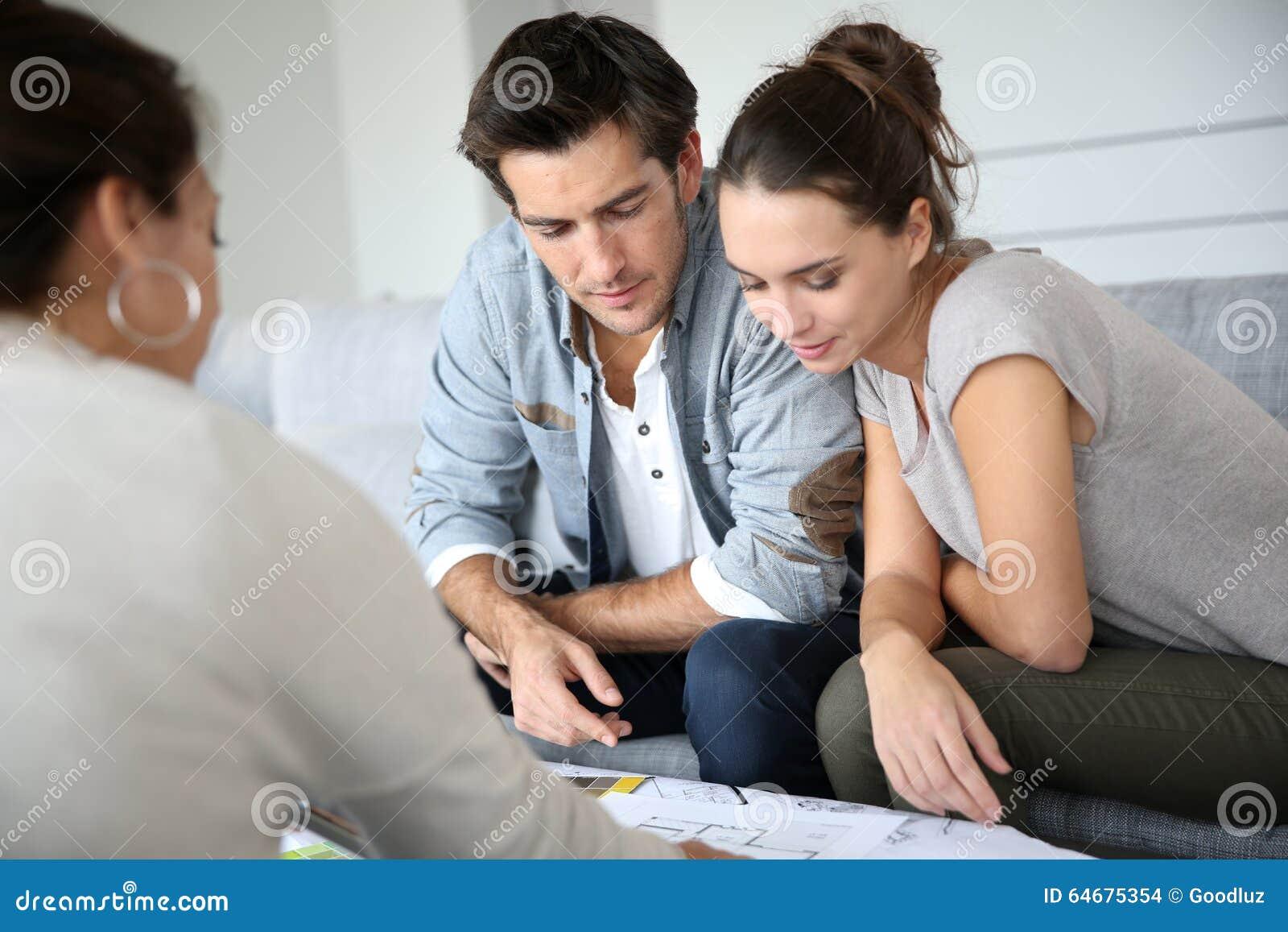 Architetto di riunione delle coppie che controlla piano