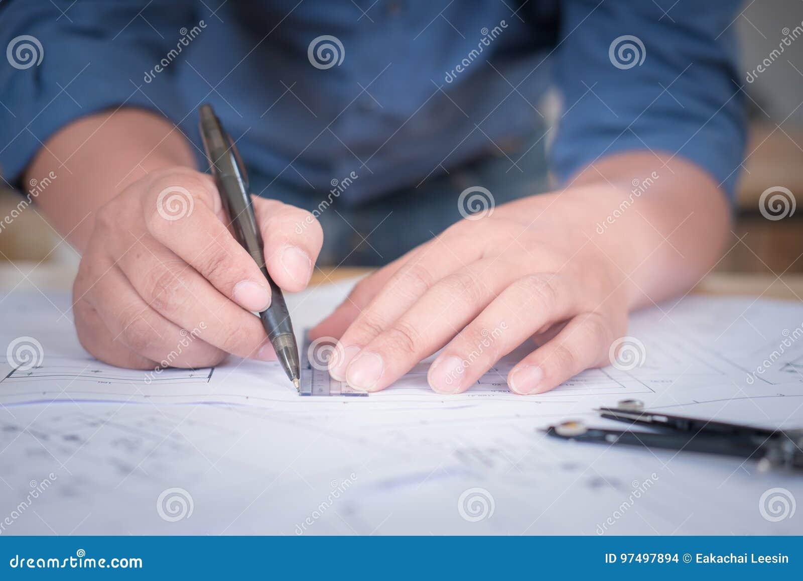 Architetto o pianificatore che lavora ai disegni per costruzione