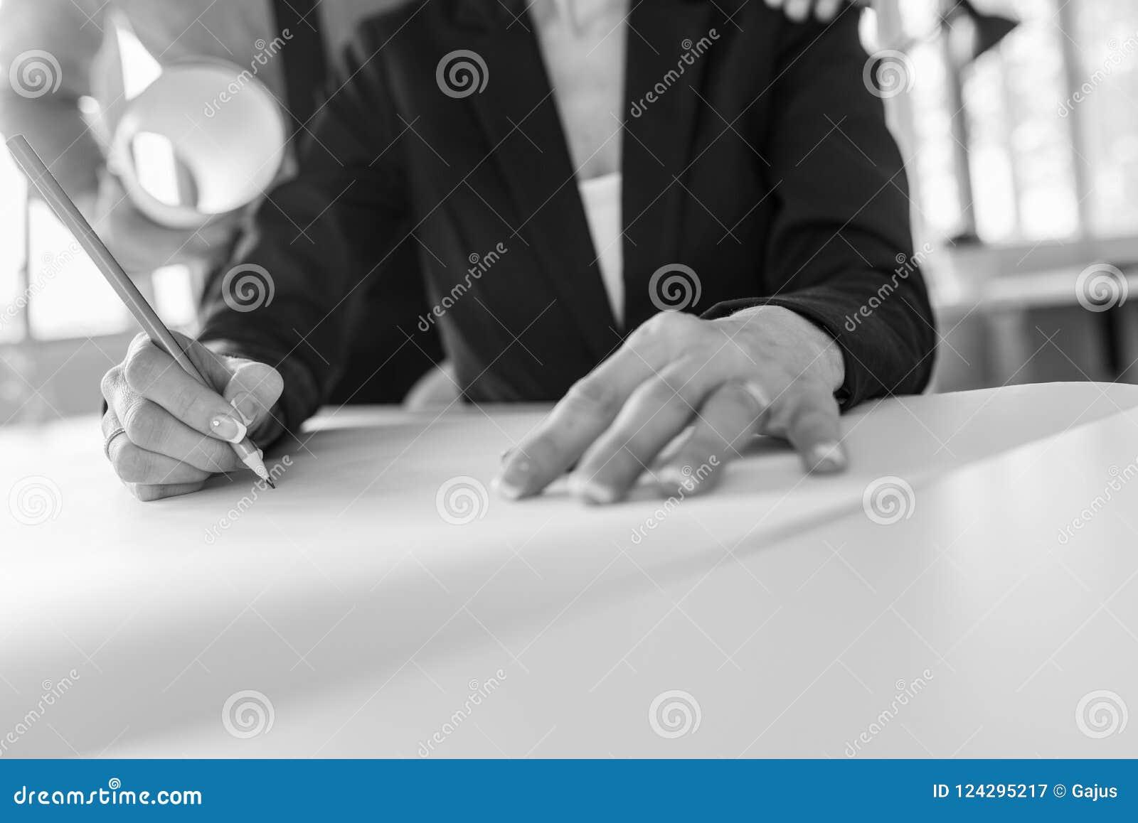 Architetto o progettista femminile sul lavoro nell ufficio su un grande bl