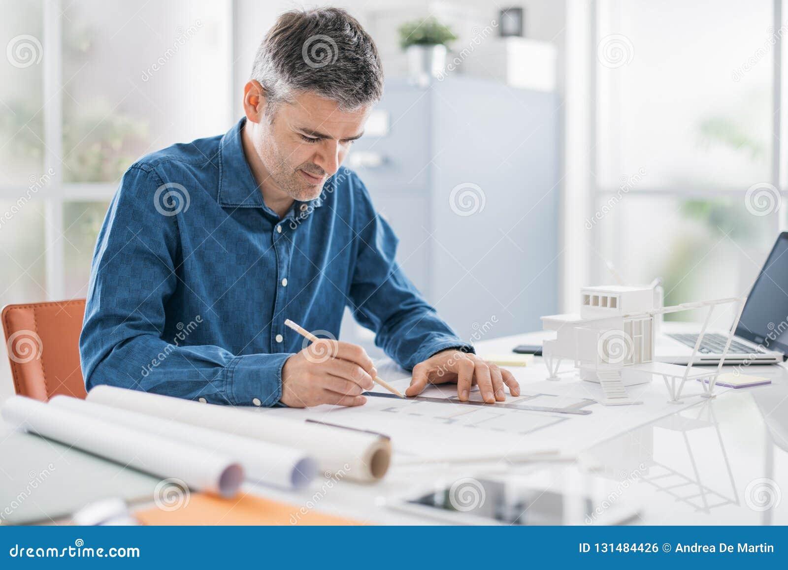 Disegno Uomo Alla Scrivania : Architetto professionista che lavora alla scrivania è disegnante