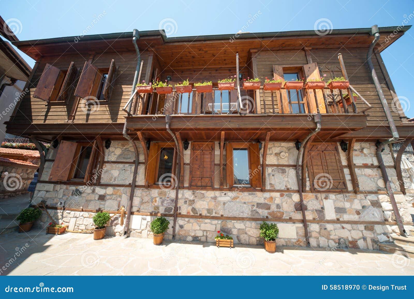 Architetti Famosi Antichi architettura del pietra-legno sul lungomare di vecchia città