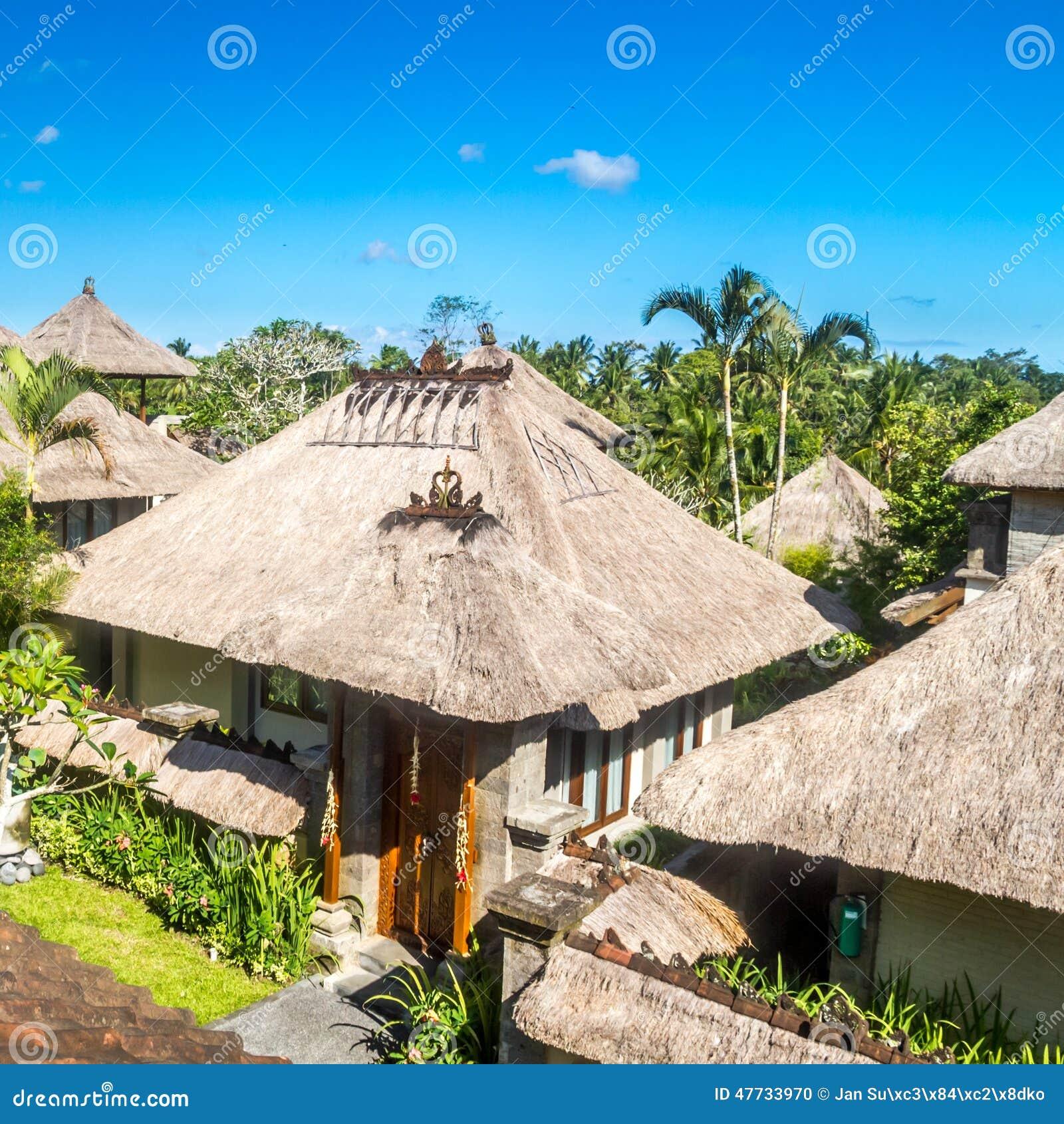 Architettura di balinese case rustiche con il tetto della for Architettura case