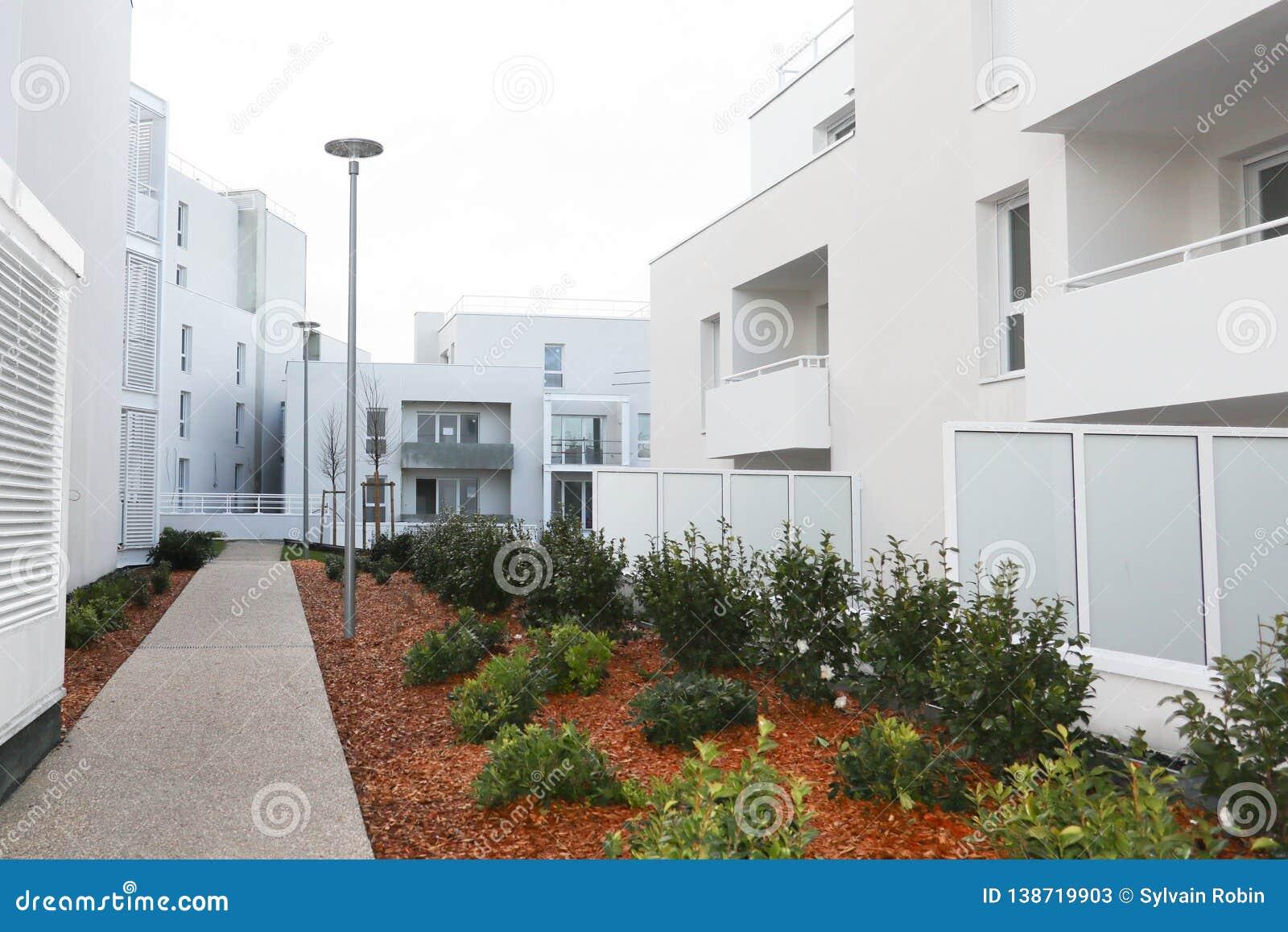 Architettura di costruzione moderna della proprietà con il giardino nella proprietà bianca
