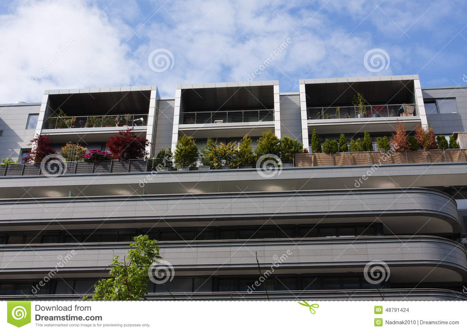 Architettura moderna casa con differenti balconi for Piccole case di architettura moderna