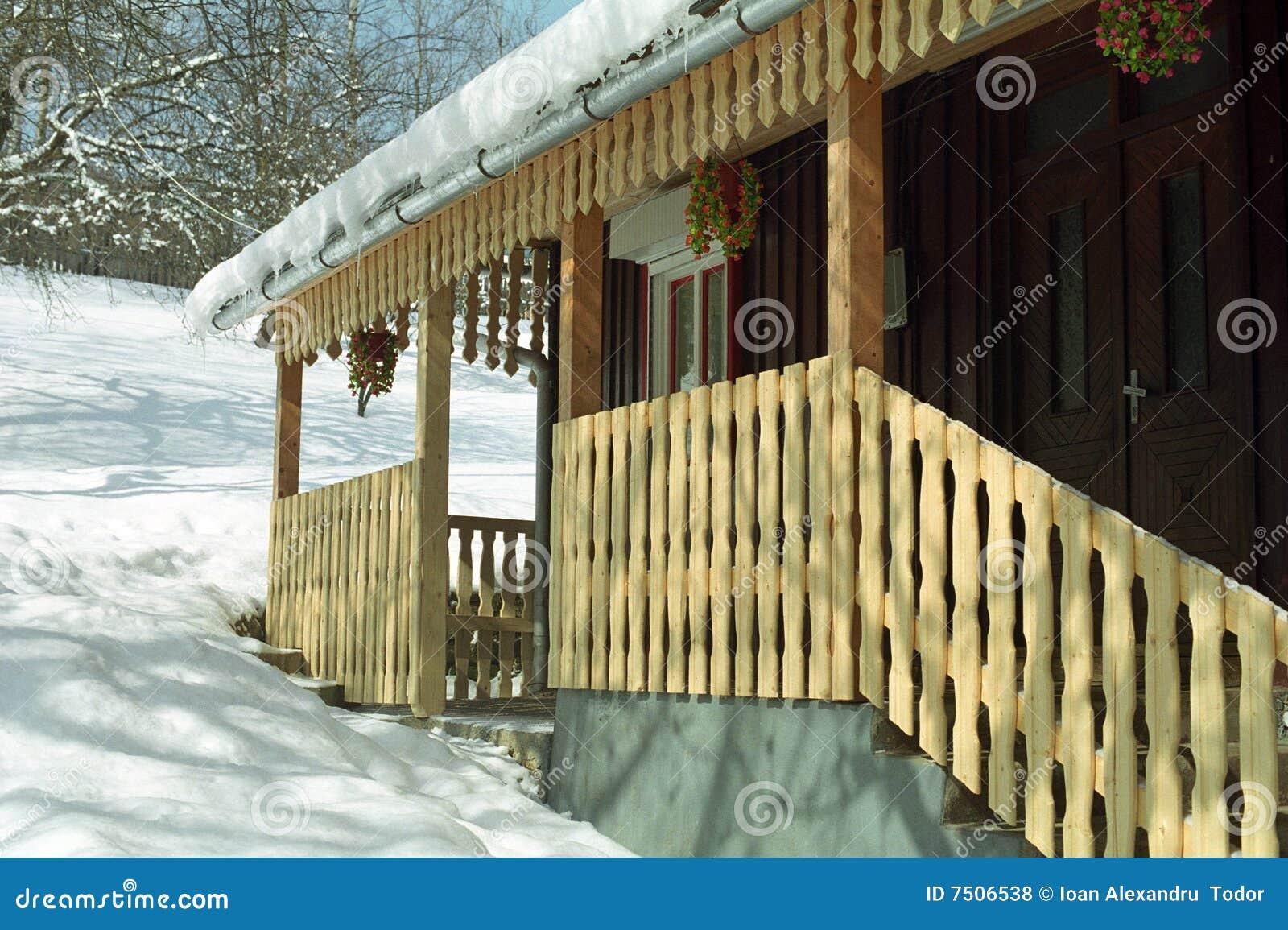 Architettura rumena della casa di legno fotografia stock for Piani di casa di architettura