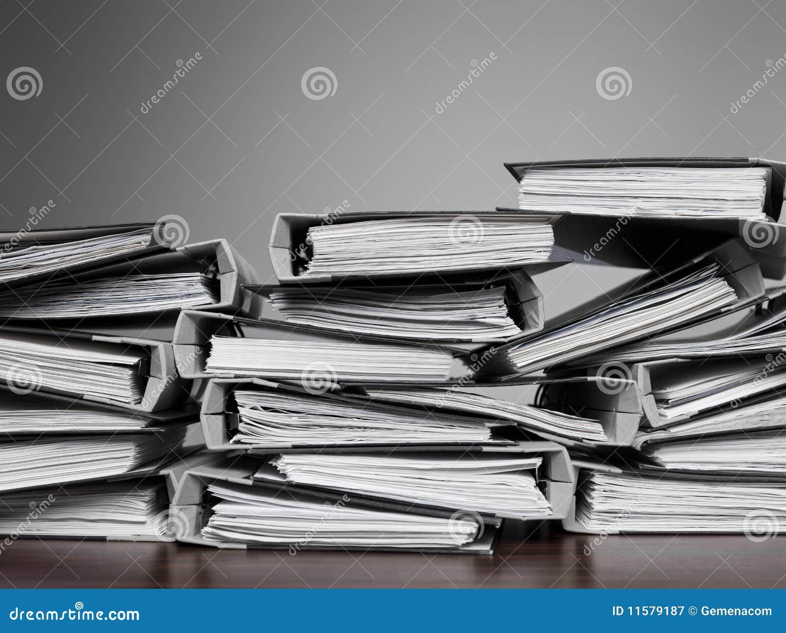 Archivi impilati su uno scrittorio