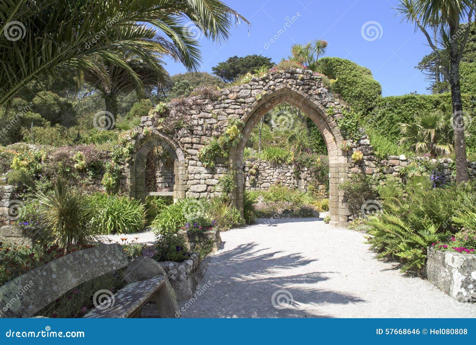 Archway z tropikalnymi roślinami
