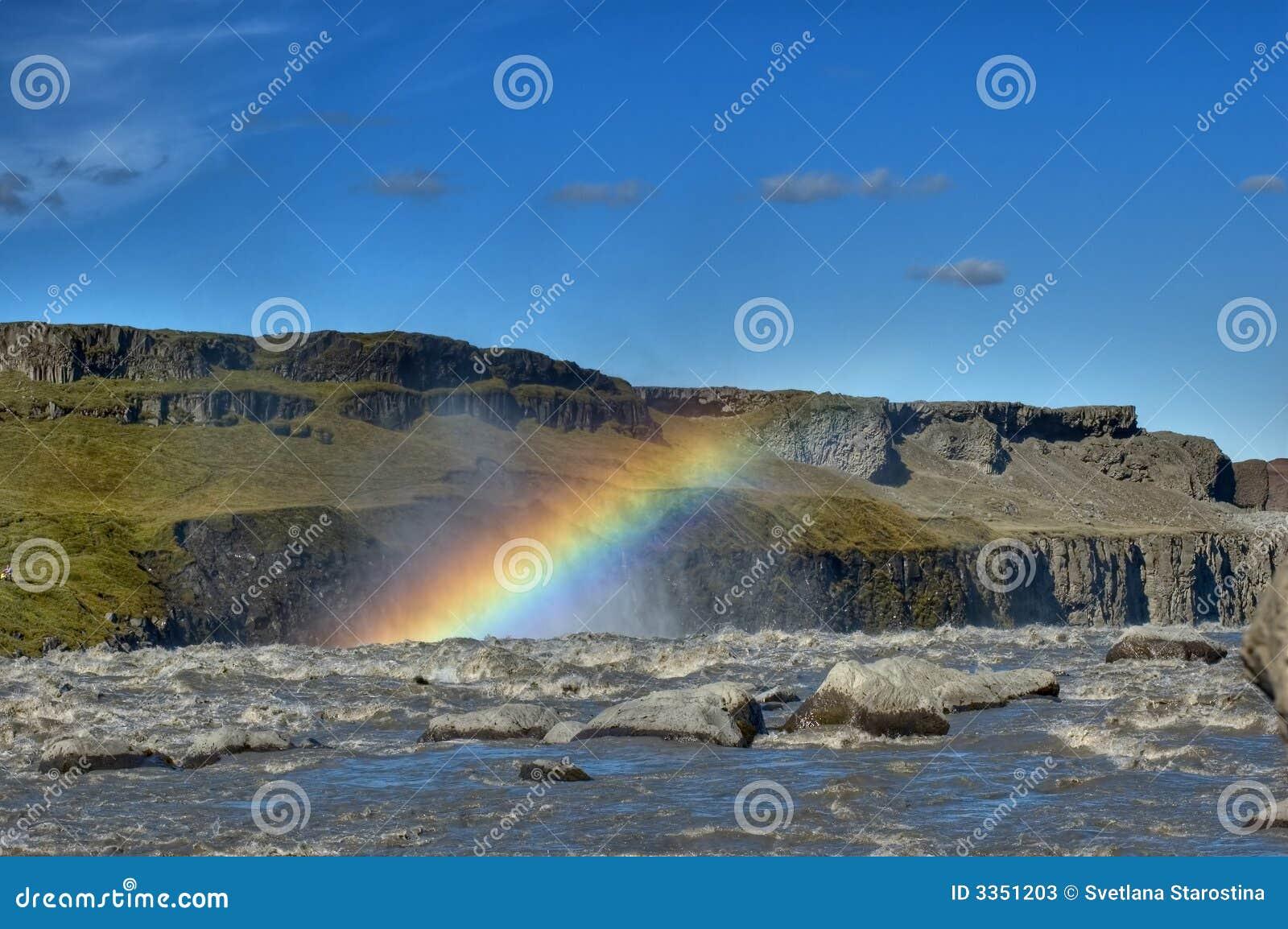 Arco-íris acima da cachoeira
