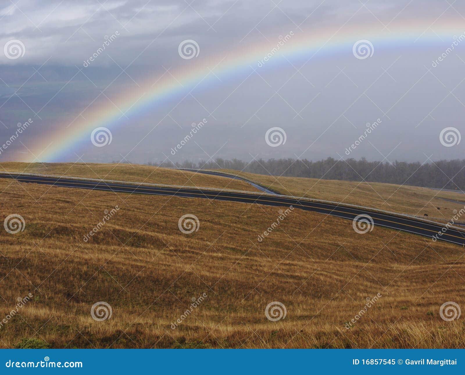 Arco-íris e nuvens tormentosos