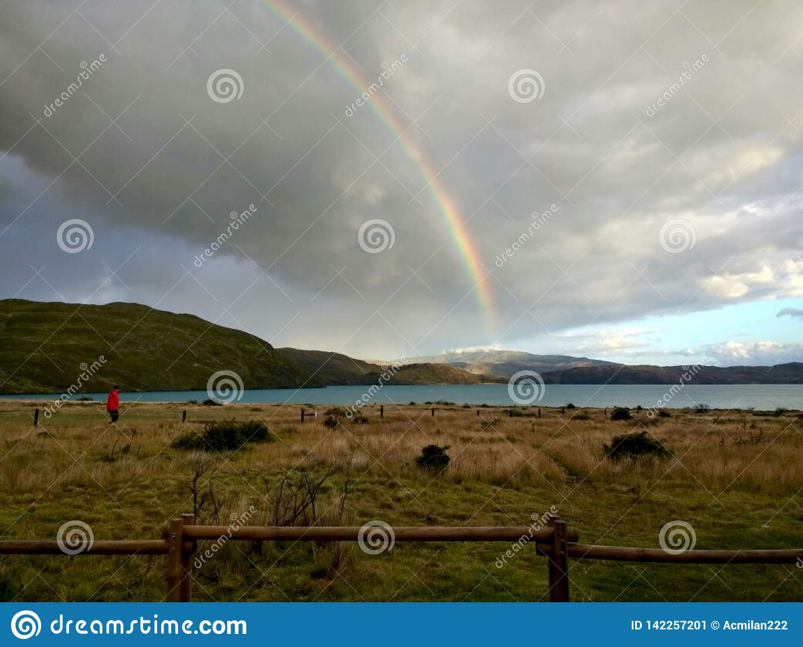 Arco-íris no local de acampamento grandioso de Paine