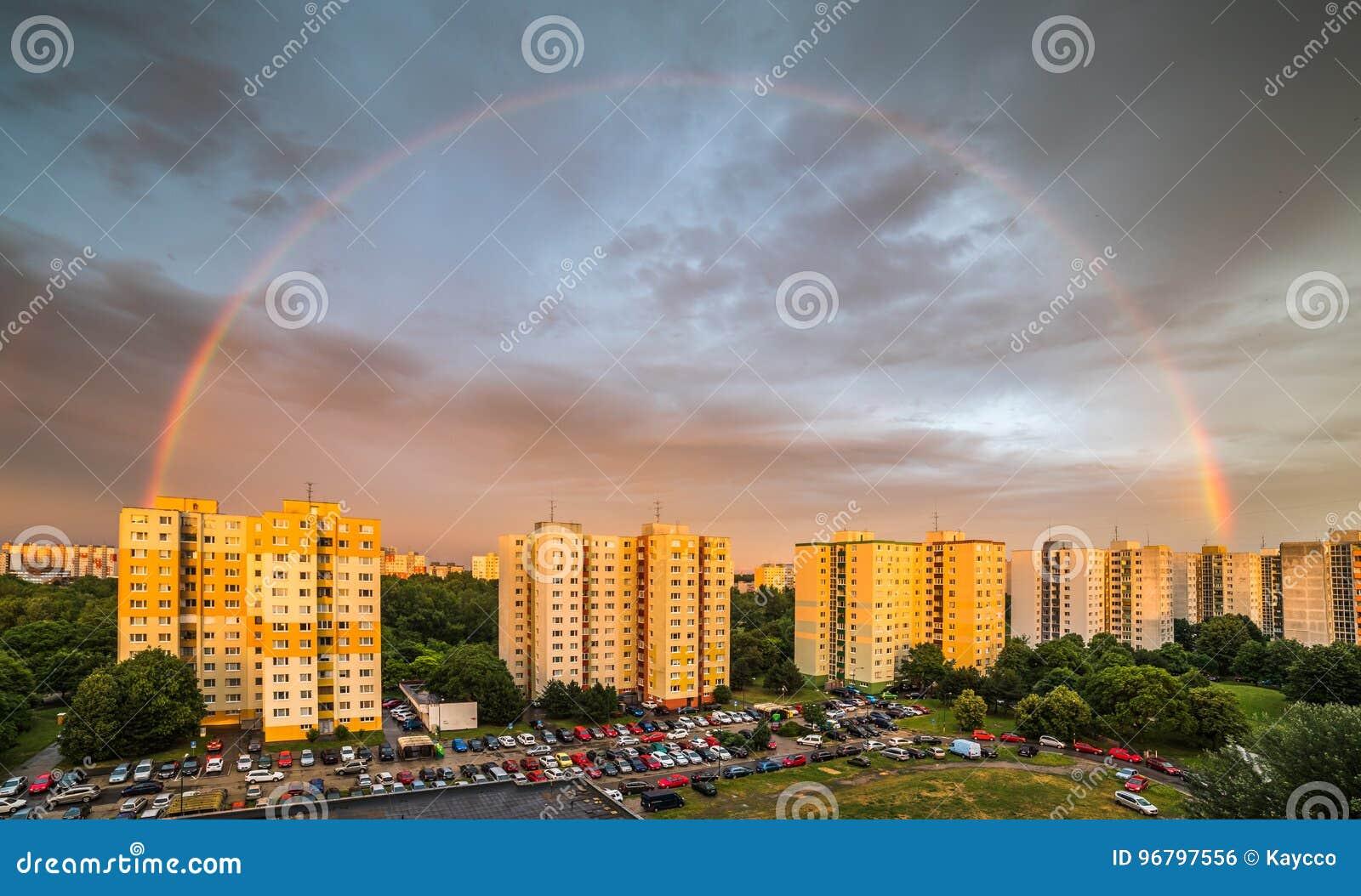 Arco-íris sobre o distrito residencial