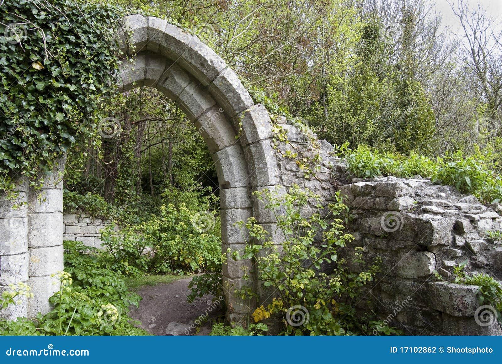 Arco antiguo en un parque