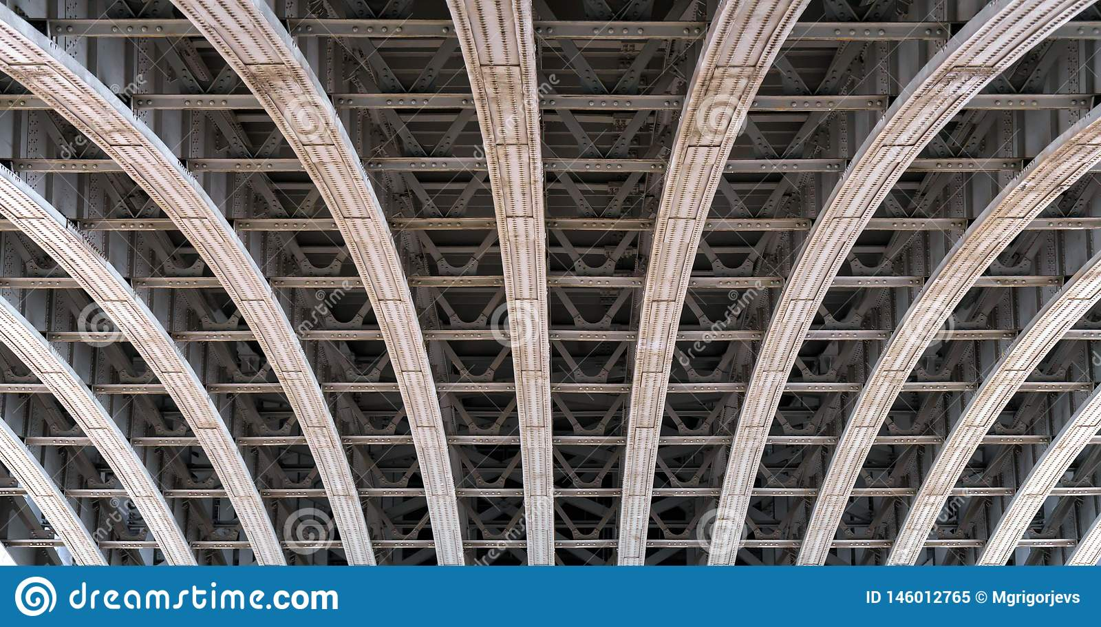 Arco da estrutura sob uma ponte sobre o rio Tamisa em Londres