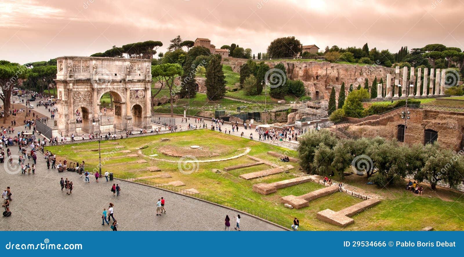 Arco da opinião de Constantim de Colosseum em Roma