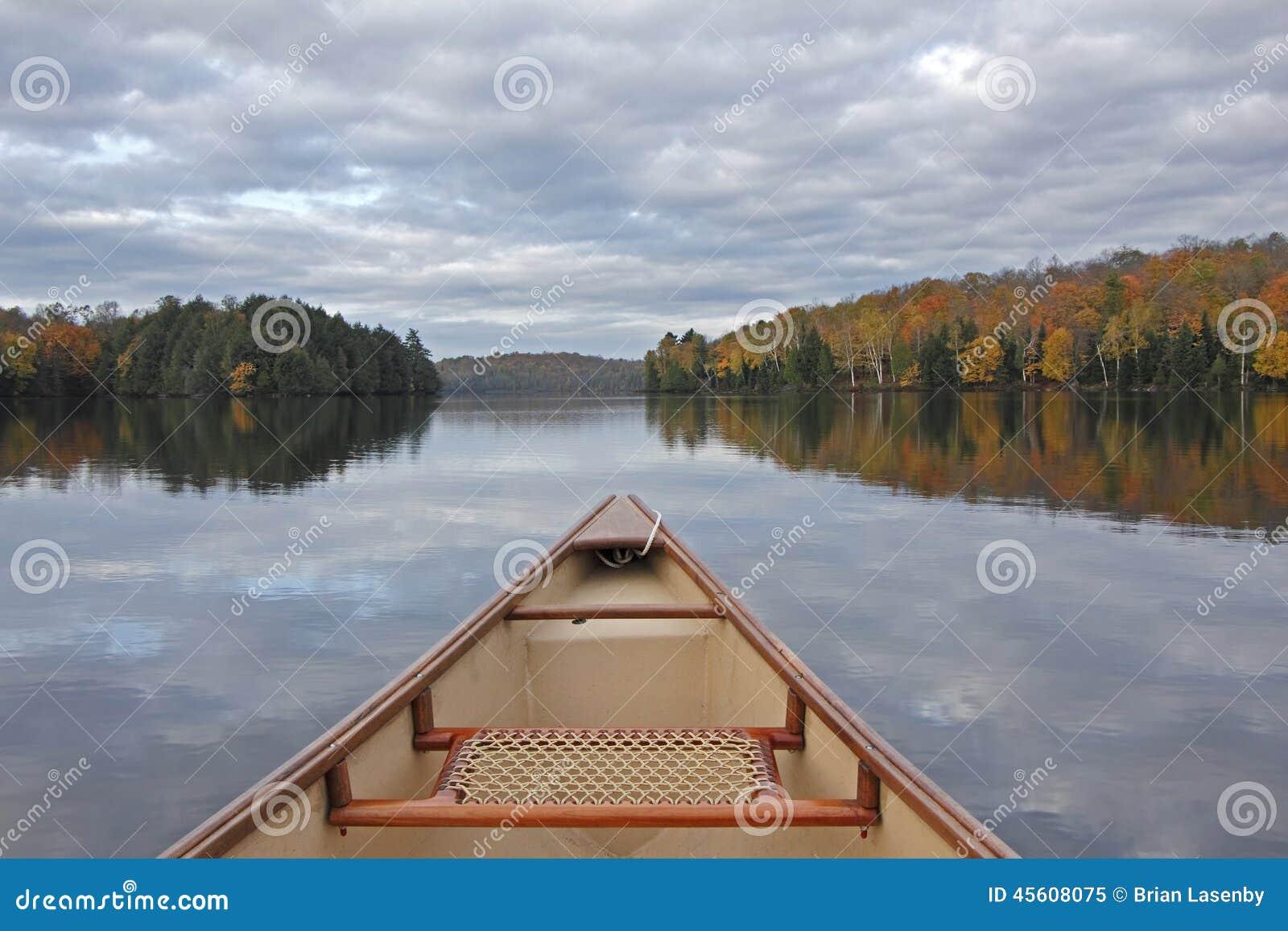 Arco de la canoa en Autumn Lake