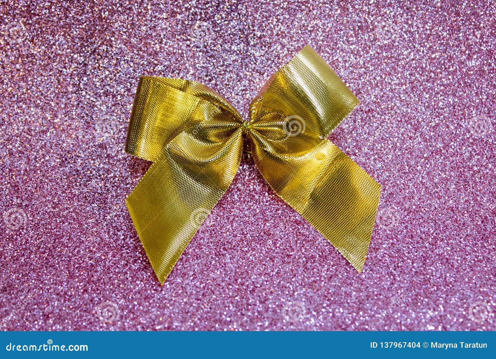 Arco de oro en fondo rosado borroso del bokeh Festivo, tarjeta de felicitación para el día de fiesta