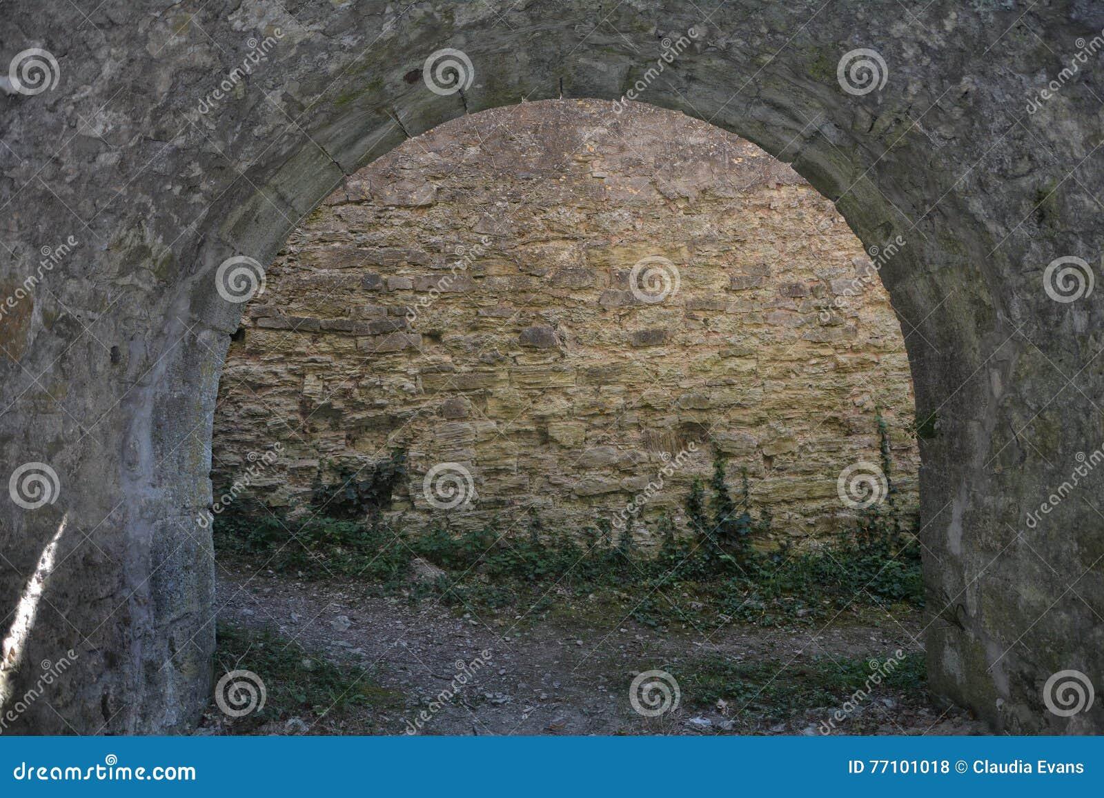 Arco de pedra antigo de um castelo