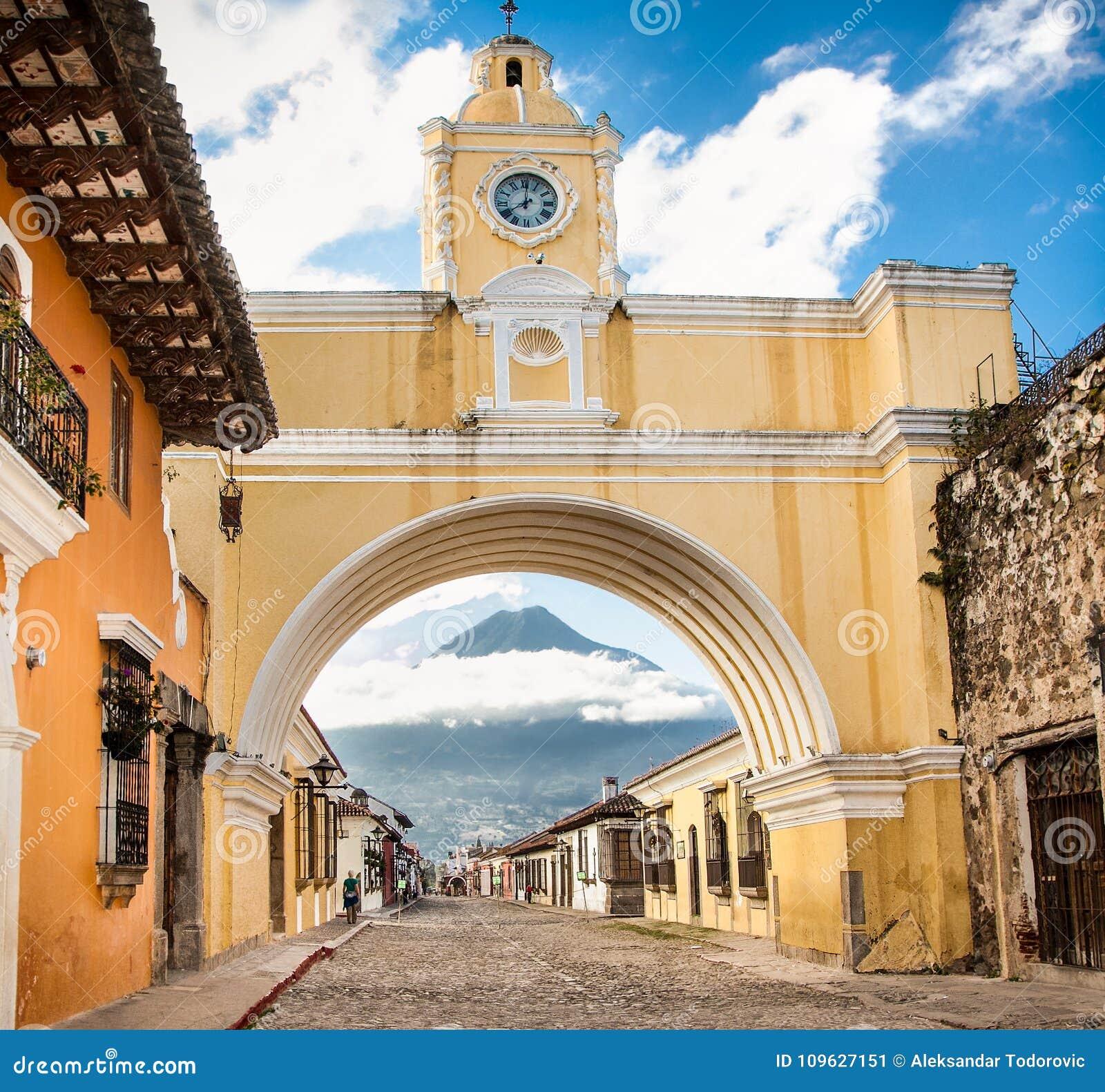 Arco De Santa Catalina et maisons coloniales dans la vue de rue de tha de