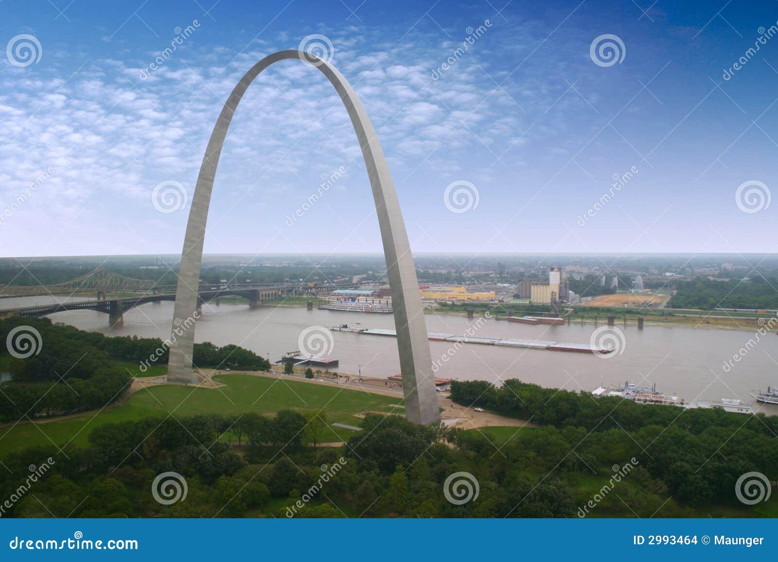 Arco de St. Louis y una lancha a remolque