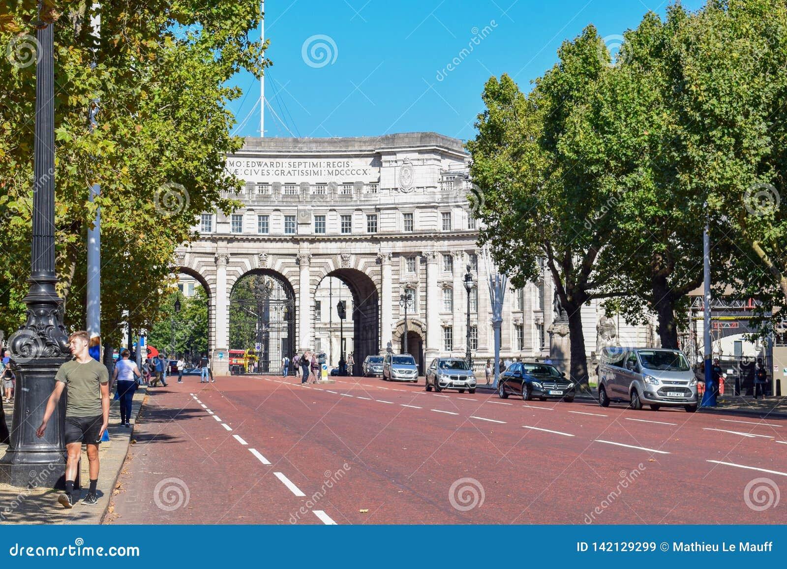 Arco del Ministerio de marina entre la alameda y Trafalgar Square en Londres, Inglaterra