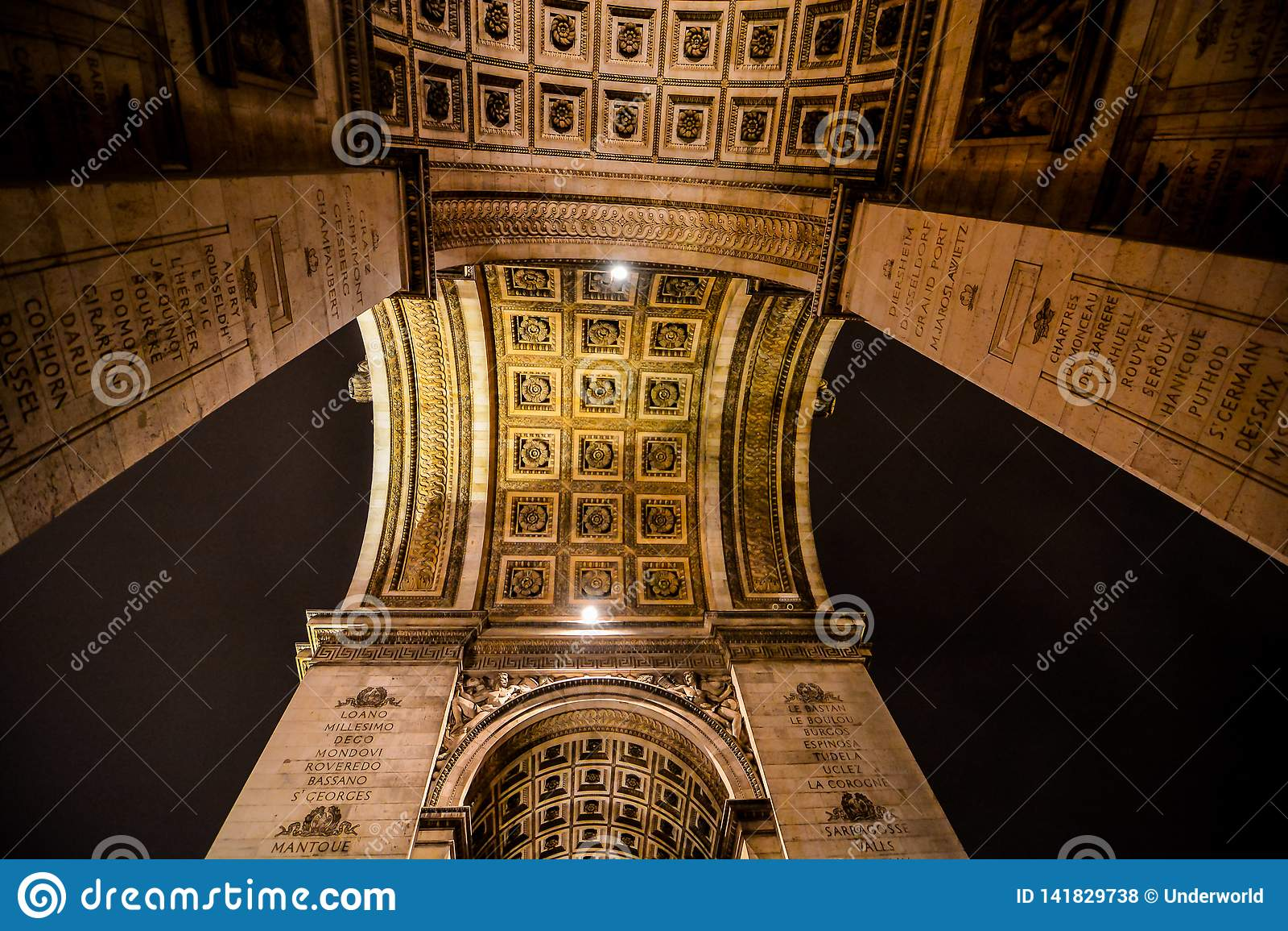 Arco del Triunfo en la noche, imagen de la foto una vista panorámica hermosa de la ciudad del metropolitano de París